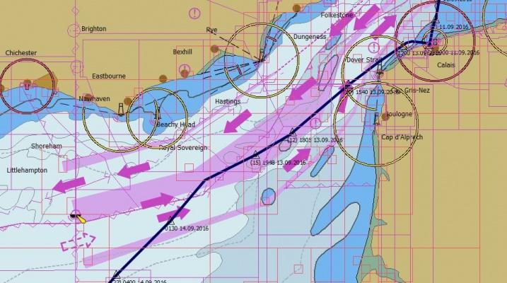 Calais - Dover Verkehrstrennungsgebiete (TSS) und unser Kurs (blaue Linie). Wie auf dem Mittelstreifen einer vierspurigen Autobahn