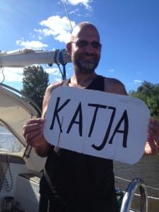 Unser Schiffsname 'Katja - noch auf Pappe - wird mit Klebeband befestigt
