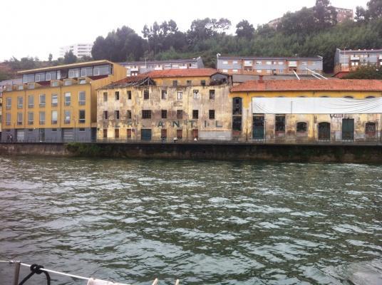 Gebäude am Douro-Fluß