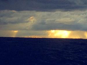 """Regenbö. In der Mitte ist eine """"Wasserhose"""" - der Rüssel eines kleinen Tornados - zu erkennen."""