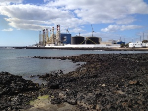 ... auf der anderen Seite die Müllverbrennung  und das Ölterminal.