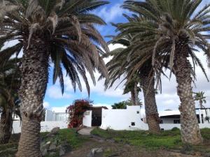 Lanzarote-Kontrast: Auf der einen Seite wunderschöne Villen, ....